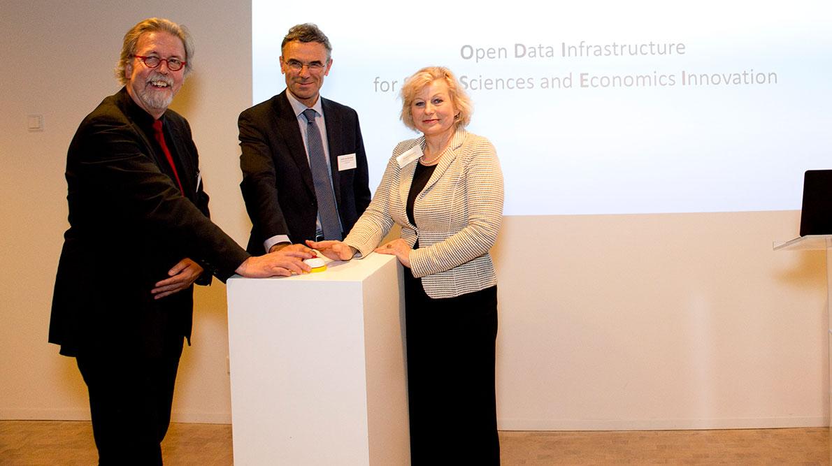 Wetenschappelijk directeur Pearl Dykstra (EUR), Pieter Hooimeijer (NWO-MaGW) en Huib van de Stadt.