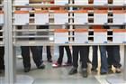 Mensen bekijken folders bij het UWV