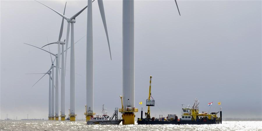 Energiebedrijf RWE Essent en Westermeerwind bouwen een windpark op land en in het water van het IJsselmeer