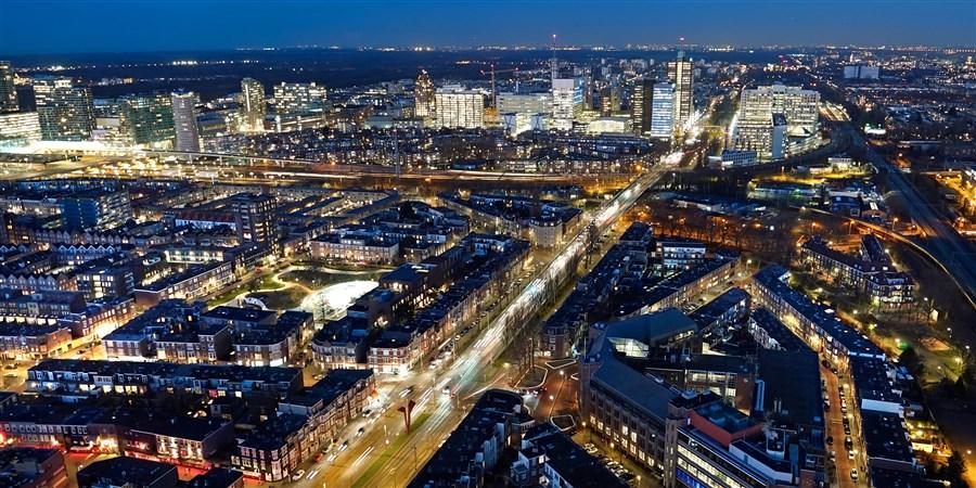 Den Haag bij nacht vanuit de lucht gezien