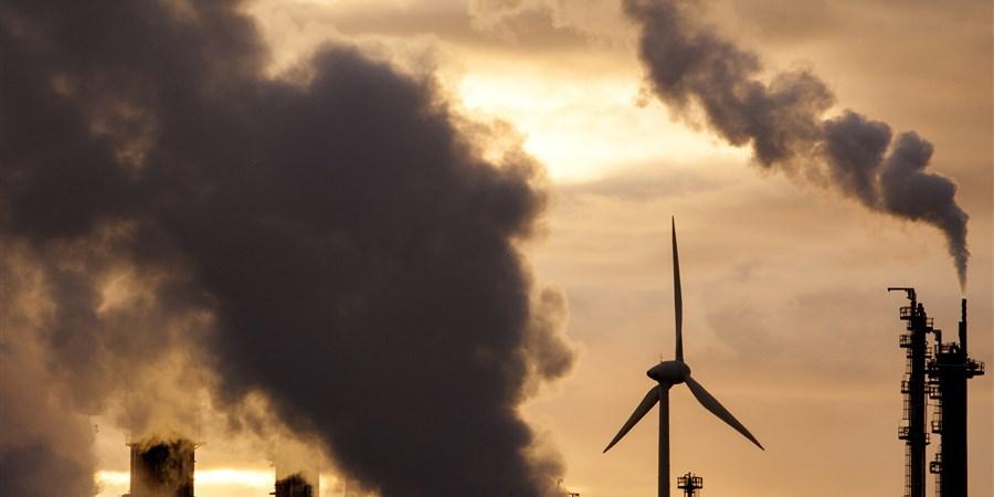 Zware industrie in het Rotterdamse havengebied