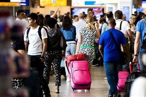 Reizigers in de vertrekhal op Schiphol