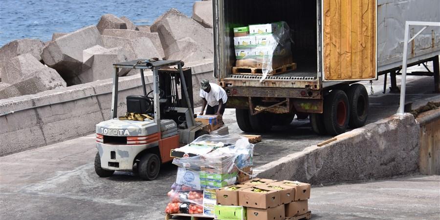 Caribisch Nederland heftruck bezig met laden en lossen van een vrachtwagen op Saba