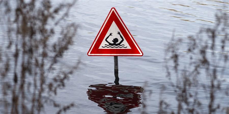 Waarschuwingsdriekhoek met een drenkeling afgebeeld om te waarschuwen voor gevaarlijk zwemwater in de Gaasperdammerplas.