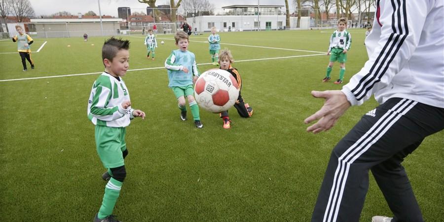 Mini pupillen aan het voetballen tijdens training