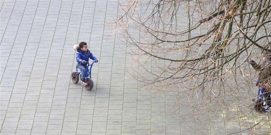 Kind speelt op een schoolplein