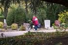 Een man staat te rouwen bij een graf op begraafplaats Crooswijk in Rotterdam