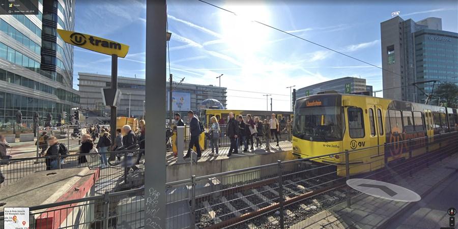 Tram bij Utrecht Centraal Station, mensen lopen af en aan.