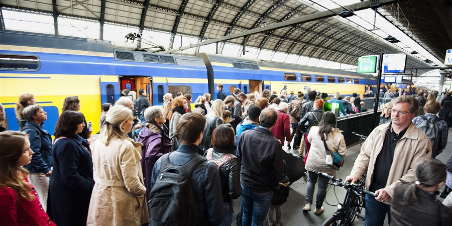 Passagiers haasten zich naar de trein