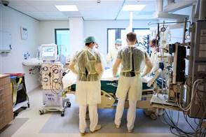 Artsen en verplegend personeel zorgen voor een patiënt op de COVID-IC-afdeling van het HaGaZiekenhuis