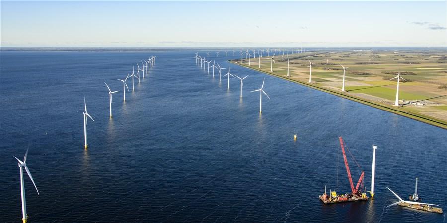 Luchtfoto van de bouw van het grootste windmolenpark van Nederland