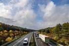 Luchtfoto van snelweg met links en rechts bos in herfstkleuren