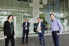 De winnaars van deTegel voor de beste datajournalistieke productie met op de foto Josta van Bockxmeer (links), Gaby de Groot (rechts) en Erik van Rein (2e rechts) van het Financieele Dagblad. 2e van links is jurylid Mike Ackermans van het CBS.