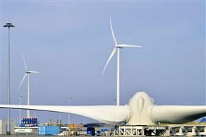 Assemblage van windmolens in een havengebied