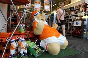 Meisje loopt langs oranje spullen bij de Blokker