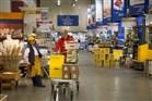 Man met volgeladen boodschappenwagen in groothandel