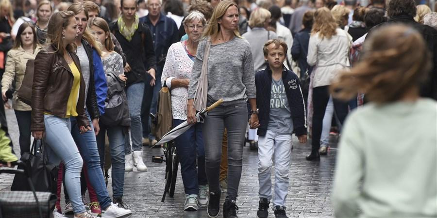 Foto wandelende mensen in een winkelstraat
