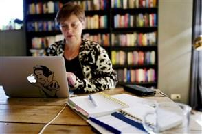 Vrouw werkt thuis aan haar keukentafel