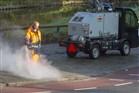 Een medewerker van de gemeente Amstelveen is bezig met het verwijderen van onkruid middels een stoomspuit, onkruidbestrijding met heet water.