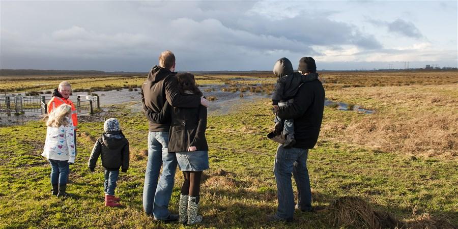 Nederland, Kropswolde, 5 jan 2012 Bewoners uit de buurt komen kijken als de Kropswolder polder nabij Groningen onder water wordt gezet. Op dit moment is de dijk nog niet doorgebroken, er wordt gewacht omdat een paard nog in het gebied loopt.
