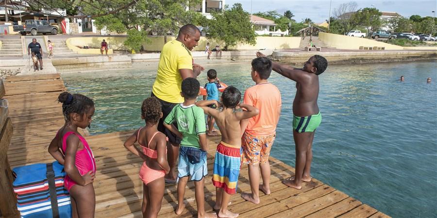 Bonaire, BES, Caribisch Nederland, Caribbean Netherlands, toerisme, Kralendijk, zon, island, eiland, zwemles, kinderen, jongeren, zwemmen, sport, recreatie, zee, buiten, duiken, zwemmers, zwemwater, jeugd