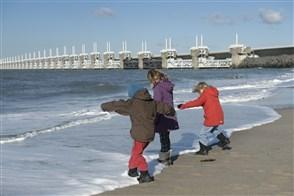 Kinderen op het strand bij de Oosterschelde stormvloedkering