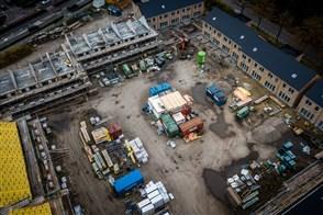Een luchtfoto van een nieuwbouw woningwijk in aanbouw