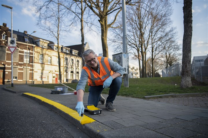 Heerlen citizen doing a job for which he earns digital currency