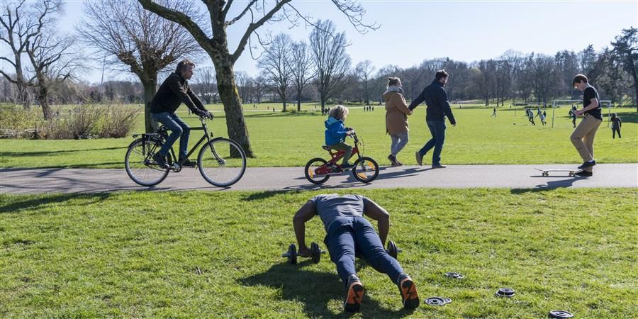 Veel mensen zijn vandaag met het mooie weer buiten aan het sporten, wandelen, en fietsen in het Goffertpark in Nijmegen