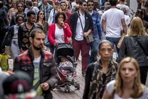 Mensenmassa met en zonder migratieachtergrond