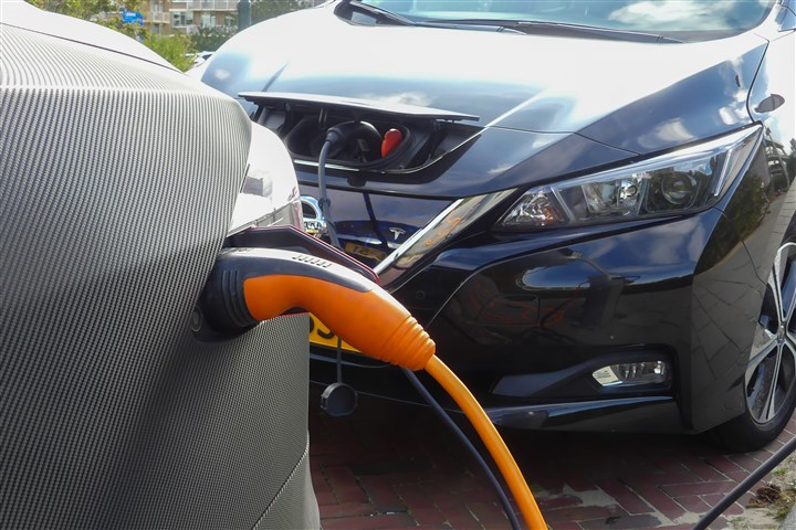 Twee elektrische auto's staan bij een laadpunt hun accu te laden.
