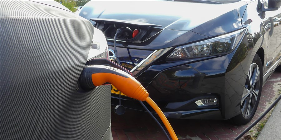 Zakenmensen bekijken elektrische auto's in de nieuwe Tesla fabriek in Tilburg