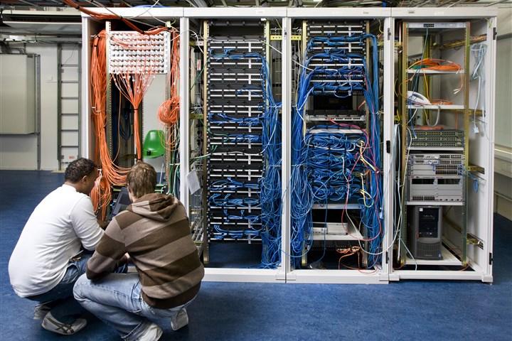 Mannen bij mainframecomputer