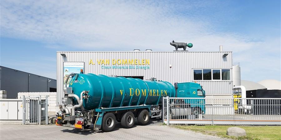Tankwagen met mest komt aan bij mestverwerkingscentrale Ad van Dommelen Esbeek