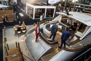 Mannen bekijken een luxe boot op de beurs voor luxe lifestyle