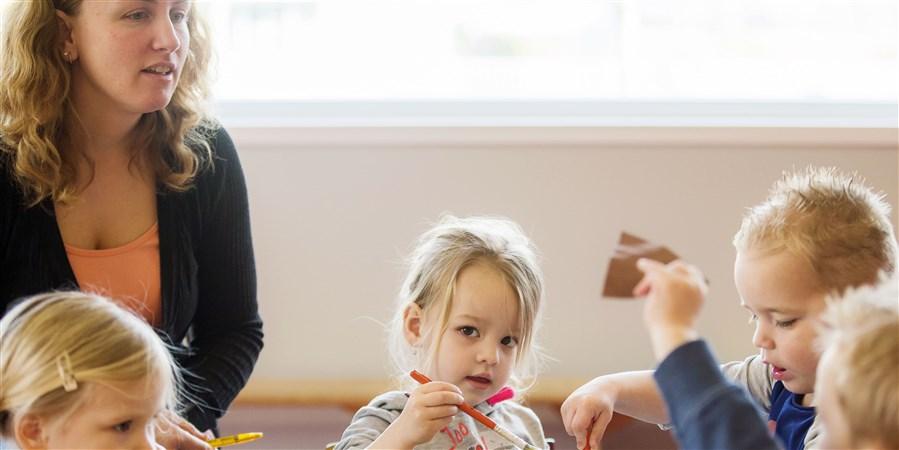 Kinderen knutselen in de klas