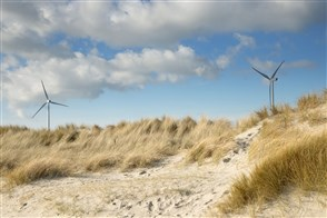 Windmolens in de duinen.