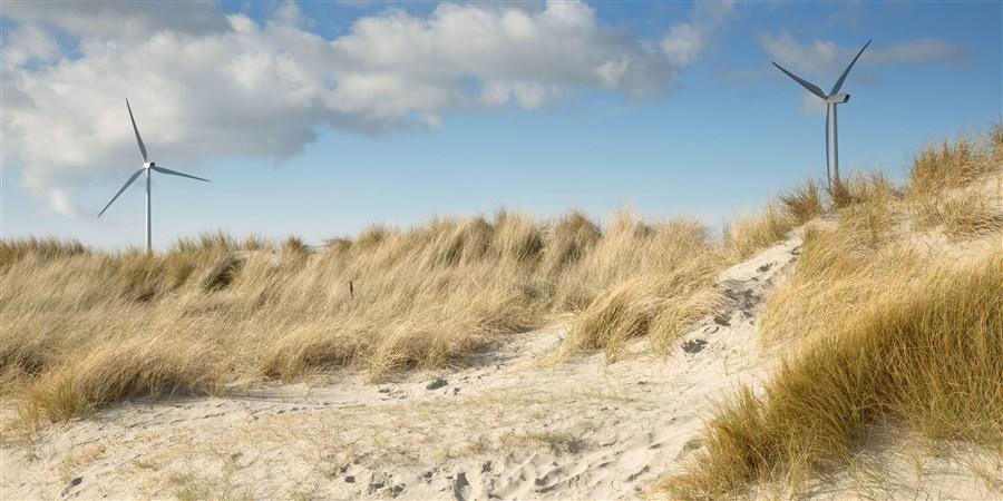 Windmolens achter de duinen