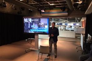 Hoofdeconoom Peter Hein van Mulligen presenteert de economische cijfers in een vrijwel lege studio van het CBS