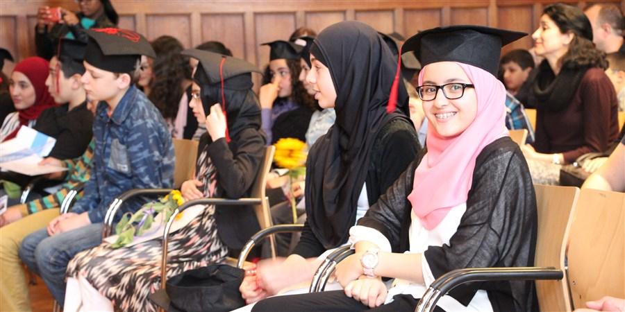 Kinderen van de Stichting IMC Weekendschool krijgen hun diploma in de Universiteit van Utrecht