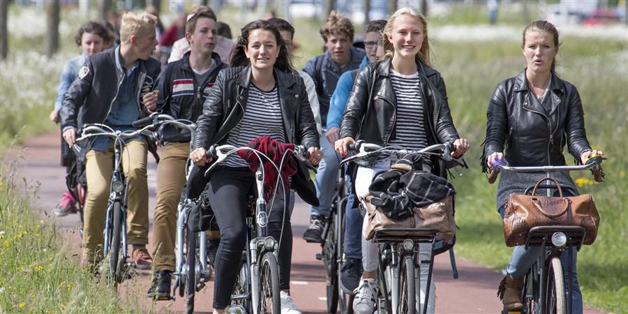 Een groep scholieren fietst van naar school