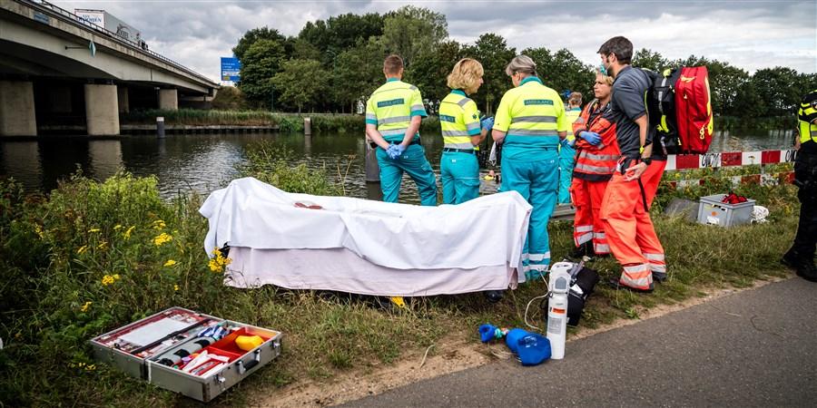 Hulpdiensten zijn op zoek naar een ter water geraakt persoon