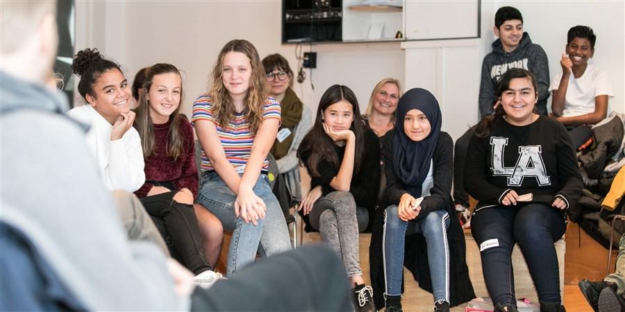 Klas met kinderen van de Stichting IMC Weekendschool