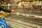 Lege schappen in supermarkt doordat Nederlanders in winkels massaal levensmiddelen hamsteren uit angst voor de uitbraak van corona