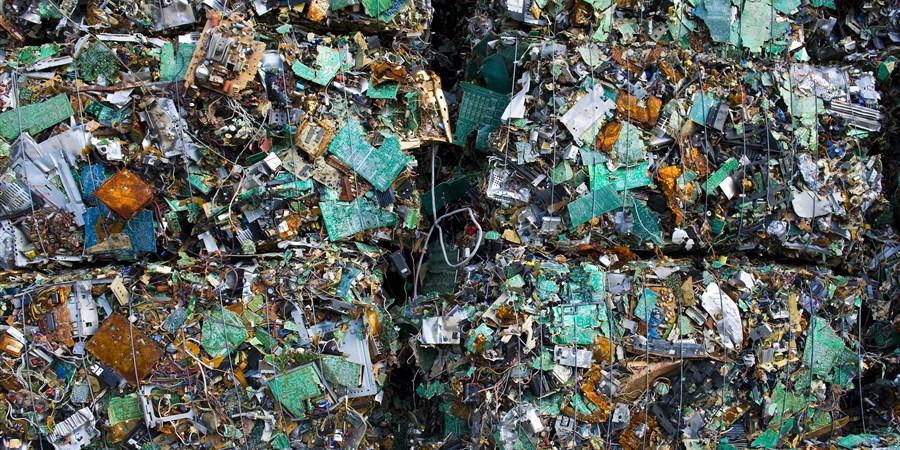 Schroot van printplaten van computers en andere electronische apparatuur bij een recyclingbedrijf.