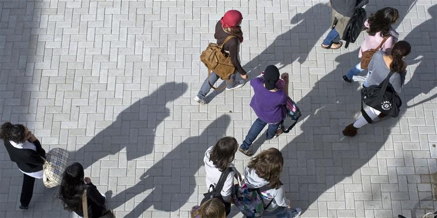 Leerlingen lopen over het schoolplein.