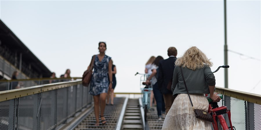 Mensen op de trap van een fietsenstalling