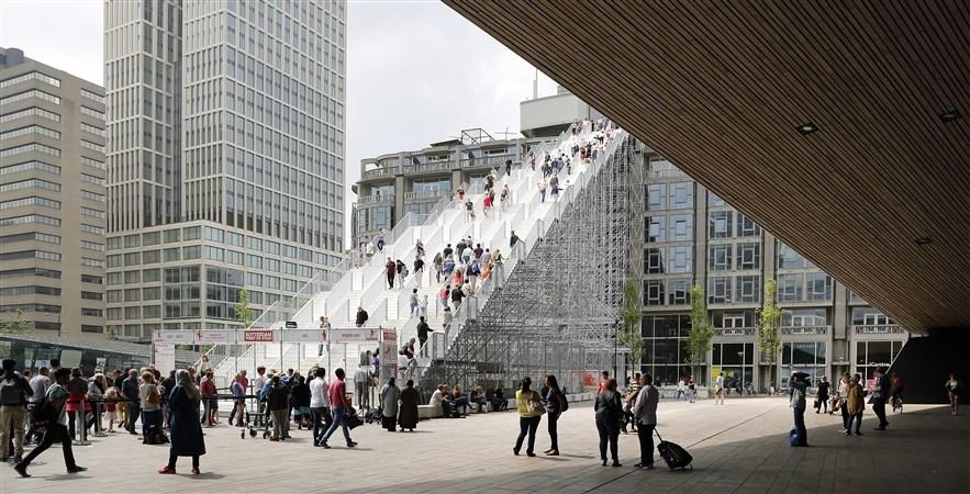 mensen op de trap voor het Centraal Station van Rotterdam