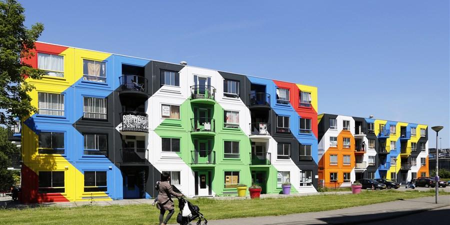 Beschilderde flats in de Bijlmer