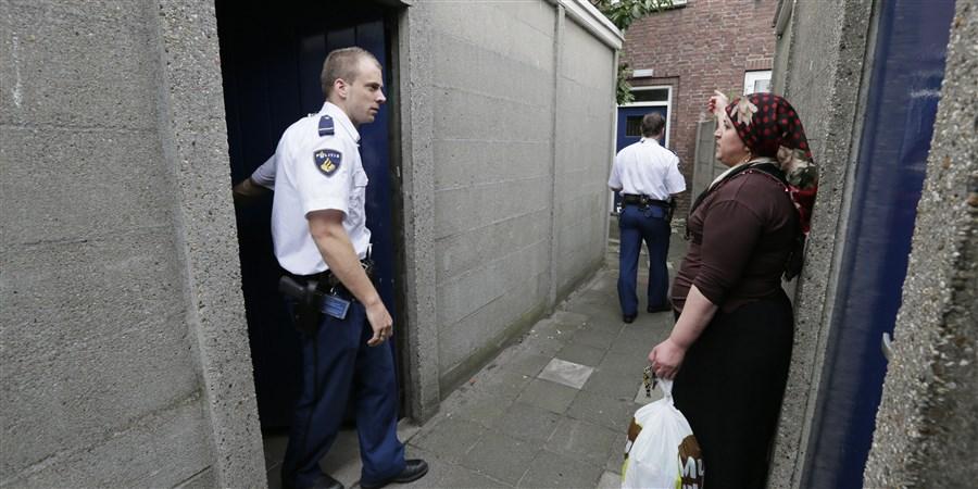 Voetjes-actie in de wijk Belcrum in Breda. De politie hield vandaag een inbraakpreventie actie, ze probeerden bij huizen in te breken om bewoners ervan bewust te maken dat ze zelf veel meer kunnen doen om inbrekers buiten de deur te houden.